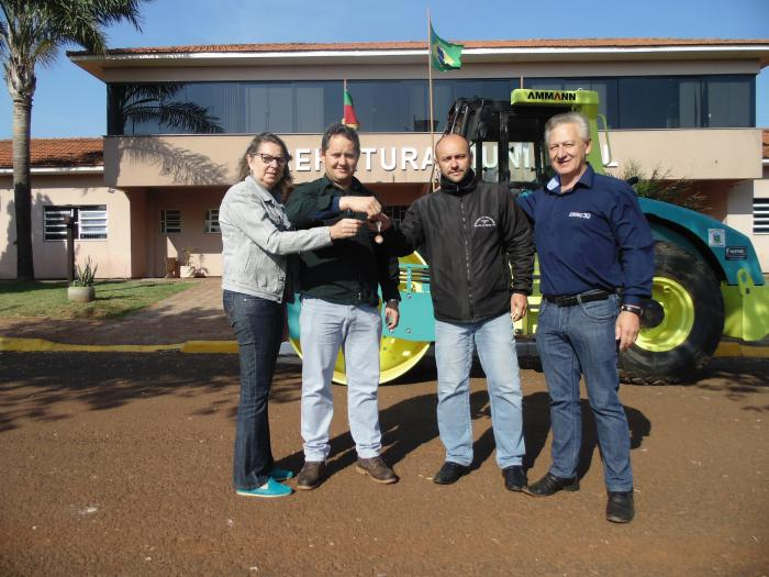 Prefeitura Vista do Cadeado recebe rolo compactador de solos
